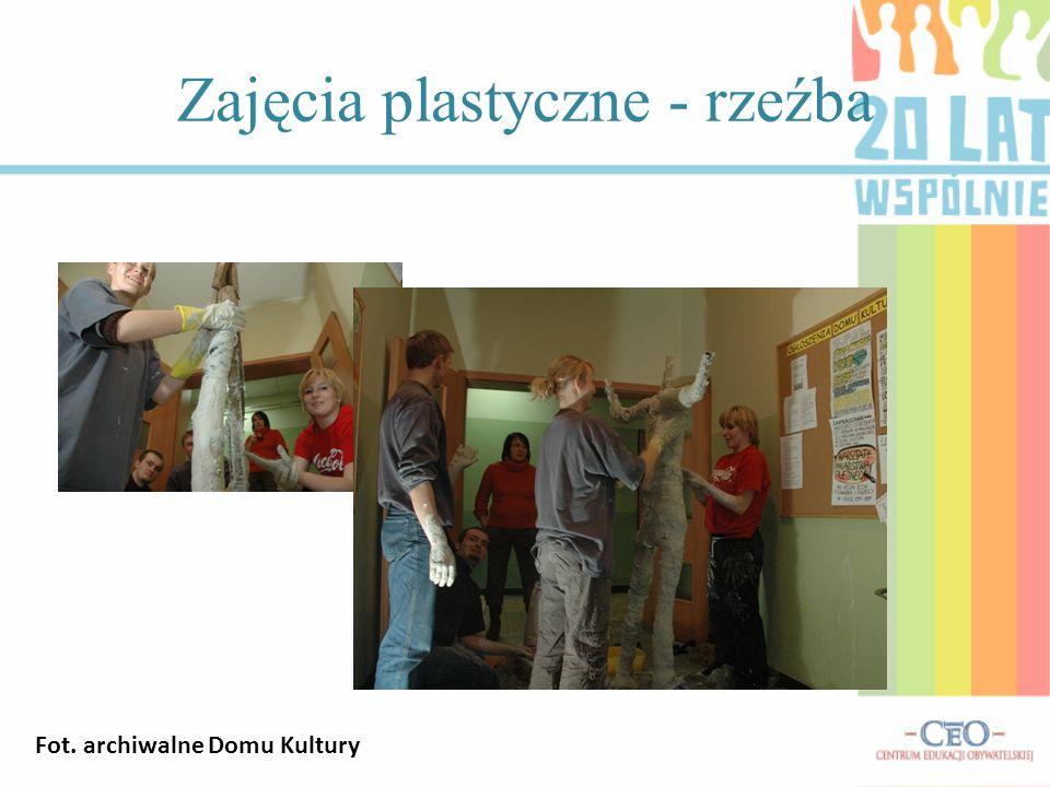 Zajęcia plastyczne - rzeźba Fot. archiwalne Domu Kultury