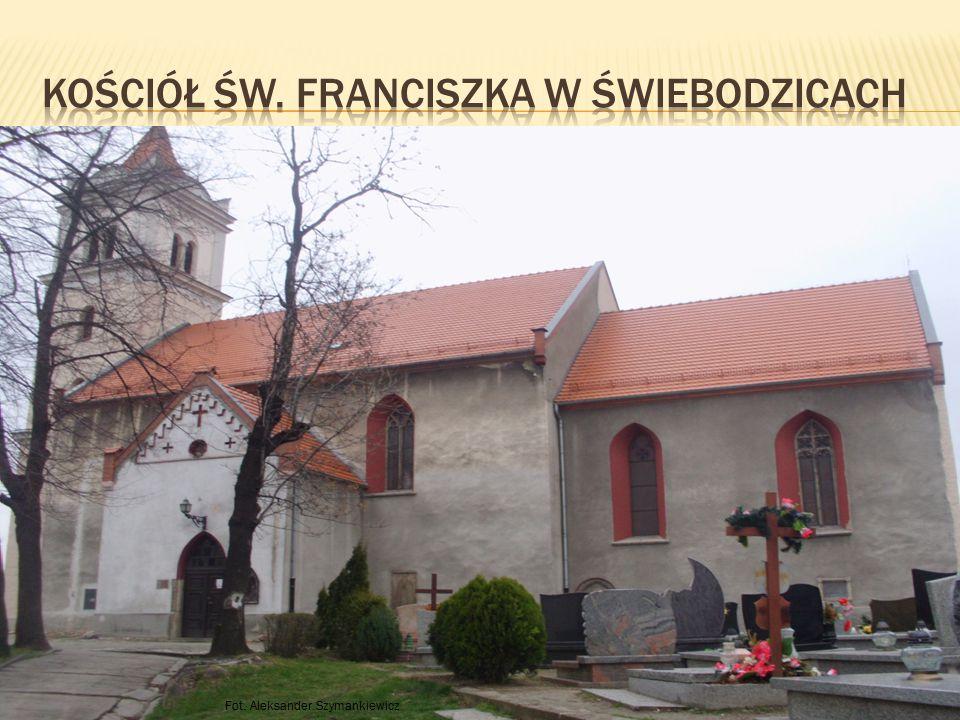 W głównym przedsionku znajduje się rzeźba św.Franciszka, który jest patronem kościoła.