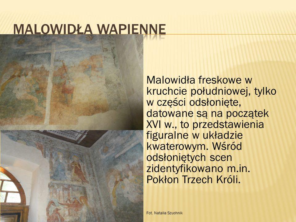 Malowidła freskowe w kruchcie południowej, tylko w części odsłonięte, datowane są na początek XVI w., to przedstawienia figuralne w układzie kwaterowy