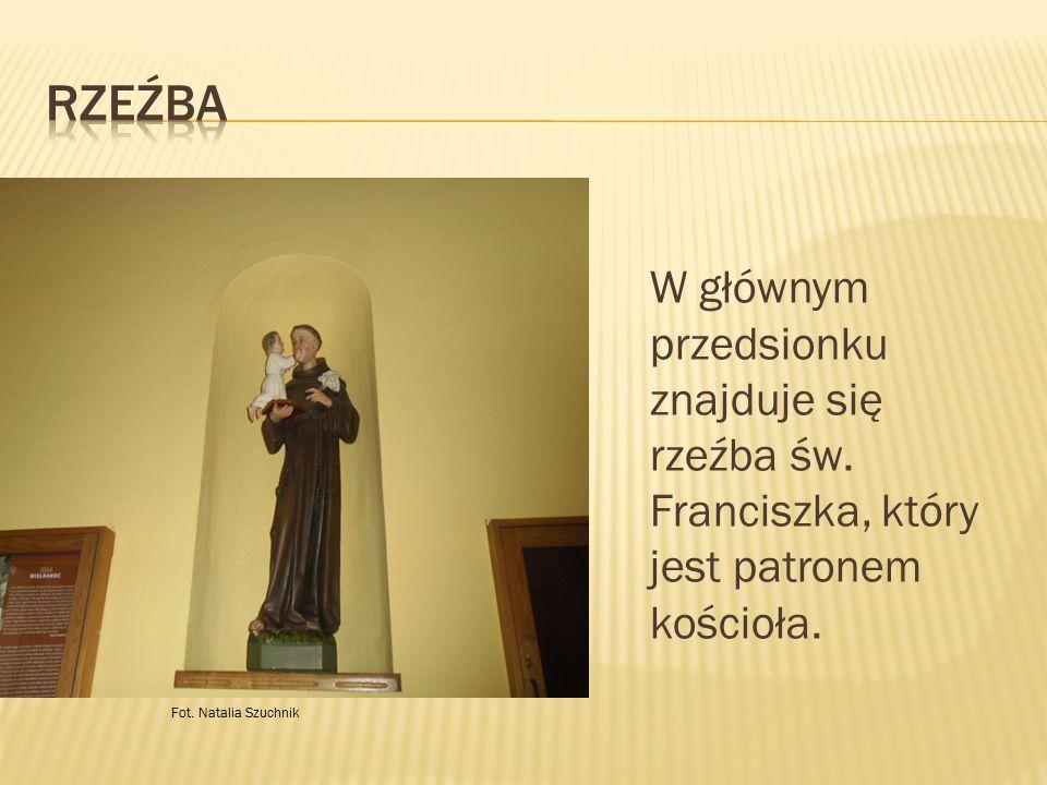 W głównym przedsionku znajduje się rzeźba św. Franciszka, który jest patronem kościoła. Fot. Natalia Szuchnik