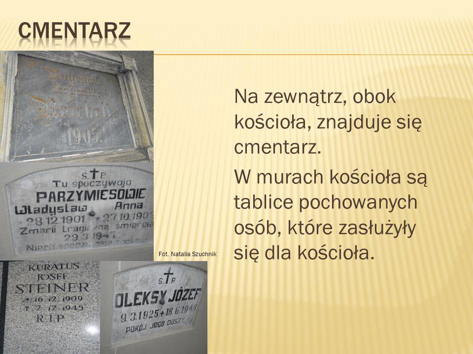 Na zewnątrz, obok kościoła, znajduje się cmentarz. W murach kościoła są tablice pochowanych osób, które zasłużyły się dla kościoła. Fot. Natalia Szuch