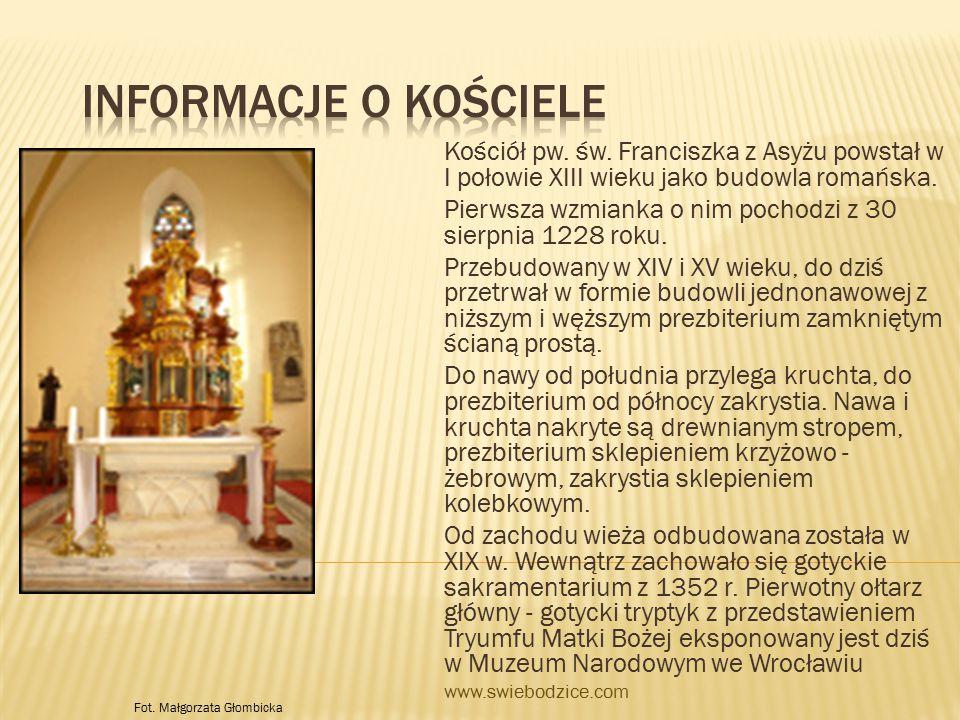 Na zewnątrz zachowane są detale kamieniarki gotyckiej, renesansowy nagrobek oraz umieszczona u wejścia do kościoła, w ścianie kruchty, rzeźba Tronującej Madonny z Dzieciątkiem.