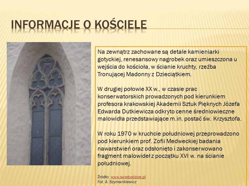 Na zewnątrz zachowane są detale kamieniarki gotyckiej, renesansowy nagrobek oraz umieszczona u wejścia do kościoła, w ścianie kruchty, rzeźba Tronując