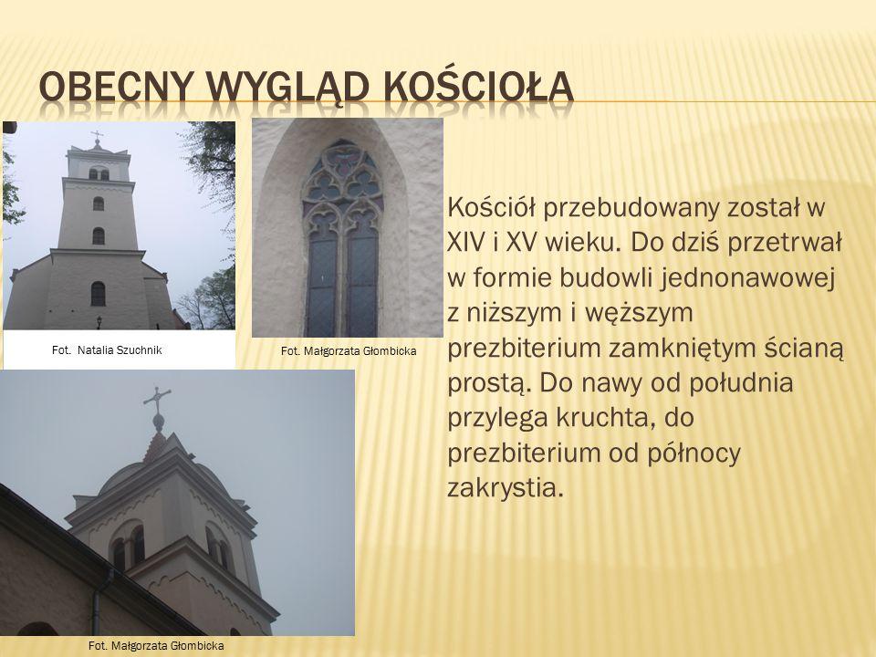 Kościół przebudowany został w XIV i XV wieku. Do dziś przetrwał w formie budowli jednonawowej z niższym i węższym prezbiterium zamkniętym ścianą prost