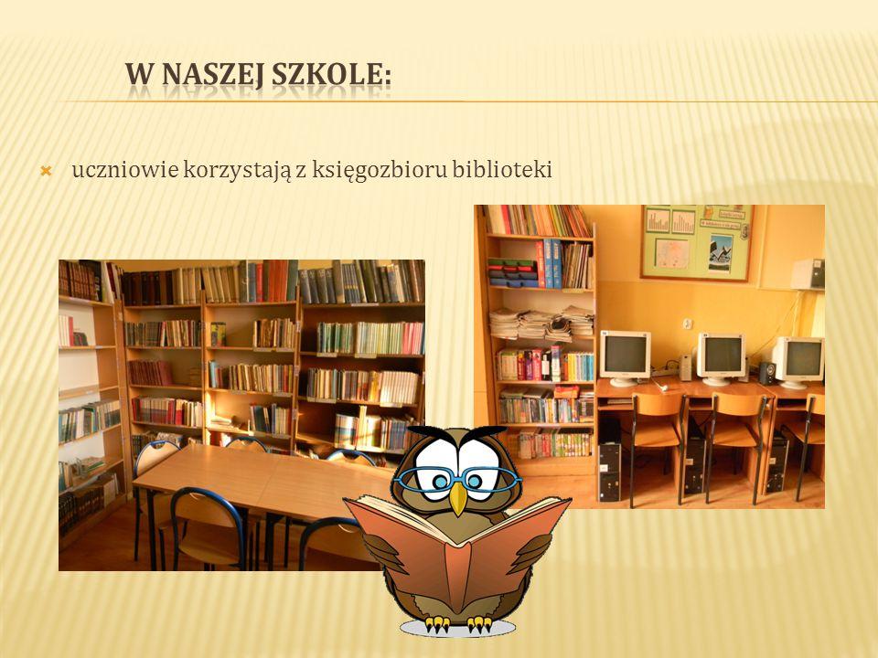  uczniowie korzystają z księgozbioru biblioteki