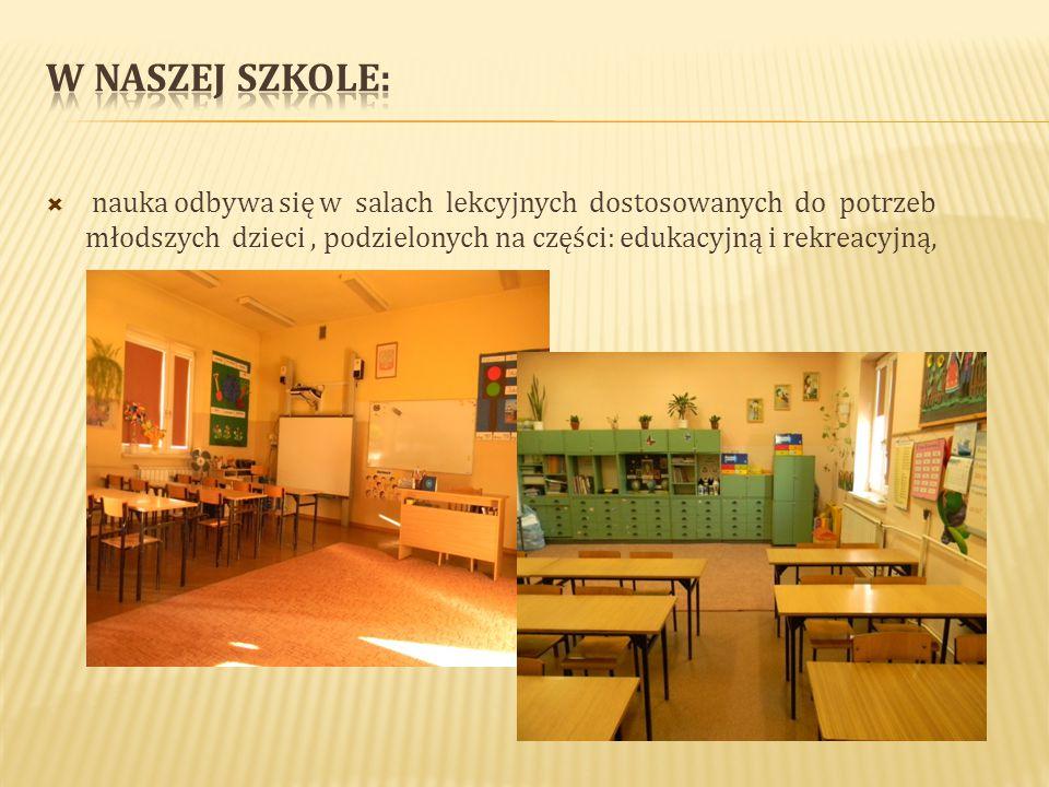 nauka odbywa się w salach lekcyjnych dostosowanych do potrzeb młodszych dzieci, podzielonych na części: edukacyjną i rekreacyjną,