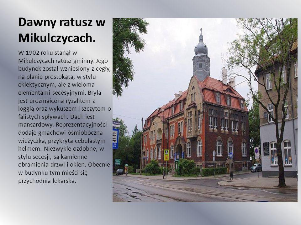 Dawny ratusz w Mikulczycach. W 1902 roku stanął w Mikulczycach ratusz gminny. Jego budynek został wzniesiony z cegły, na planie prostokąta, w stylu ek