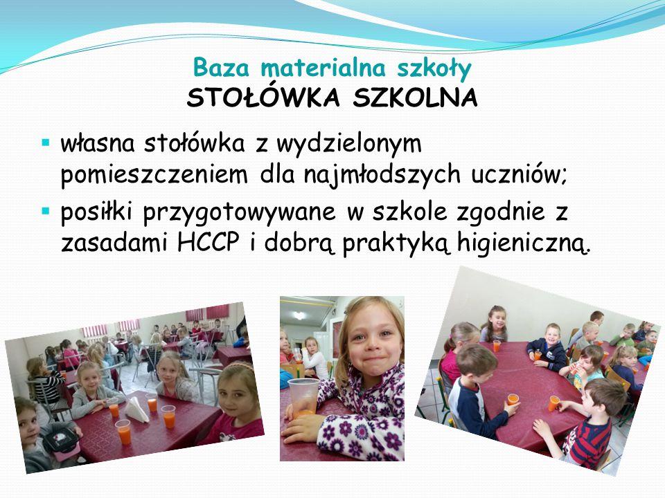 Baza materialna szkoły STOŁÓWKA SZKOLNA  własna stołówka z wydzielonym pomieszczeniem dla najmłodszych uczniów;  posiłki przygotowywane w szkole zgodnie z zasadami HCCP i dobrą praktyką higieniczną.