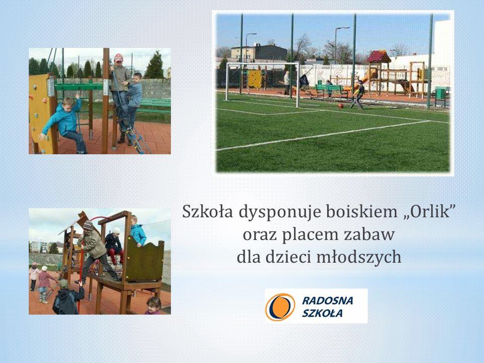 """Szkoła dysponuje boiskiem """"Orlik"""" oraz placem zabaw dla dzieci młodszych"""