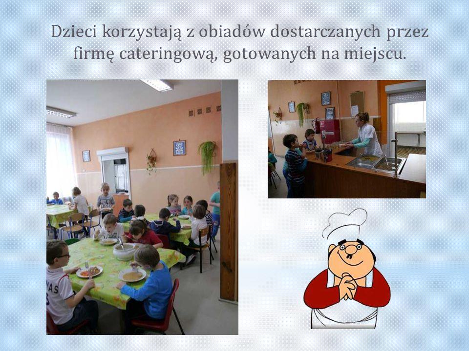 Dzieci korzystają z obiadów dostarczanych przez firmę cateringową, gotowanych na miejscu.