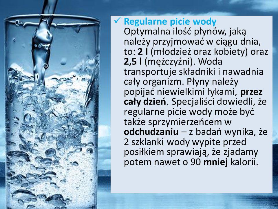 Regularne picie wody Optymalna ilość płynów, jaką należy przyjmować w ciągu dnia, to: 2 l (młodzież oraz kobiety) oraz 2,5 l (mężczyźni). Woda transpo