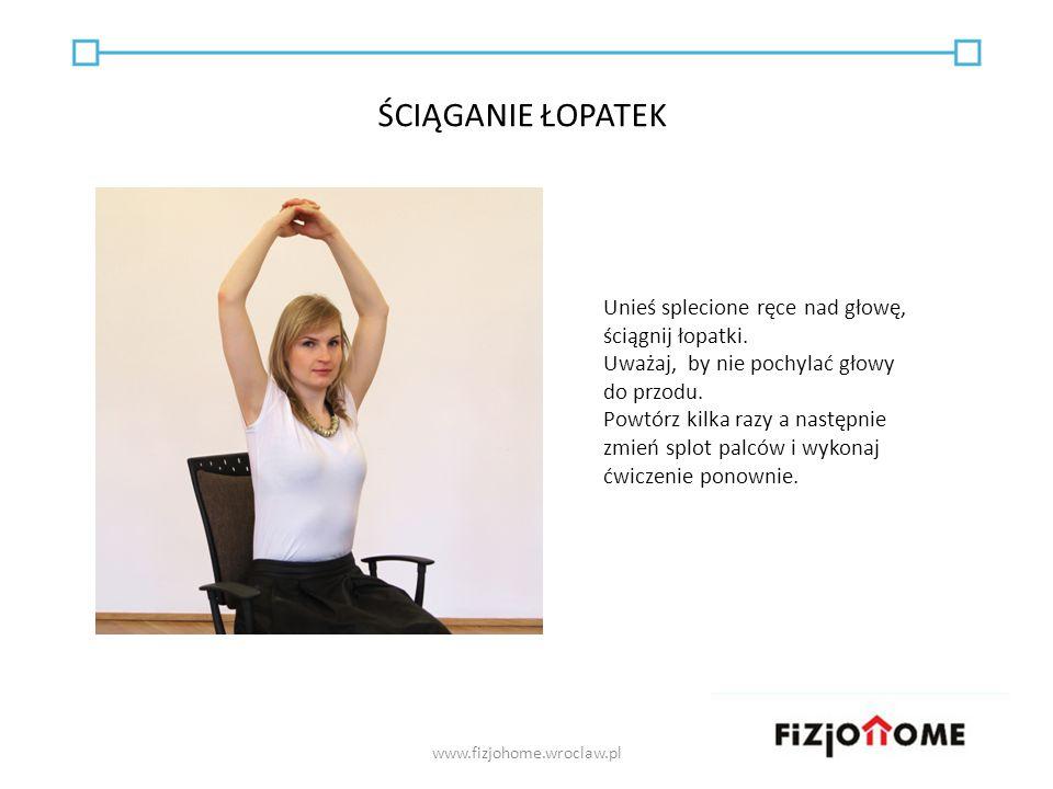 Unieś splecione ręce nad głowę, ściągnij łopatki. Uważaj, by nie pochylać głowy do przodu. Powtórz kilka razy a następnie zmień splot palców i wykonaj
