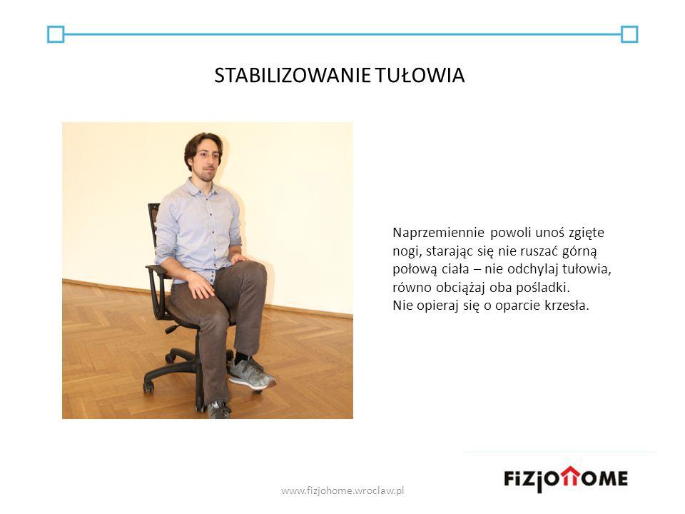 Naprzemiennie powoli unoś zgięte nogi, starając się nie ruszać górną połową ciała – nie odchylaj tułowia, równo obciążaj oba pośladki. Nie opieraj się