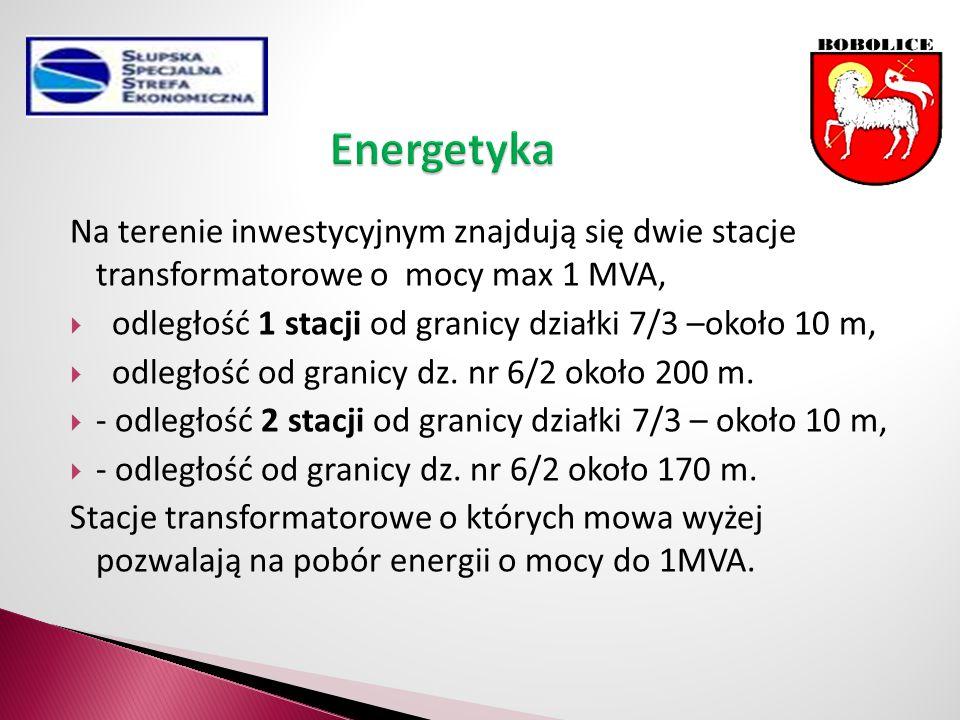 Na terenie inwestycyjnym znajdują się dwie stacje transformatorowe o mocy max 1 MVA,  odległość 1 stacji od granicy działki 7/3 –około 10 m,  odległość od granicy dz.