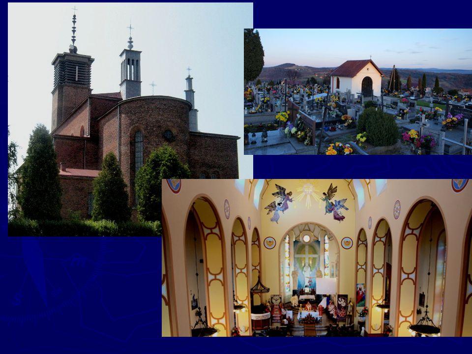 Przed wejściem do kościoła, po lewej stronie znajduje się pomnik Papieża Jana Pawła II - wykonany przez - pochodzącego z tutejszej miejscowości - rzeźbiarza prof.