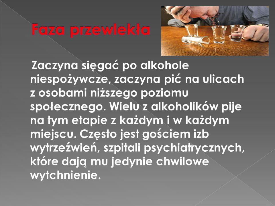 Zaczyna sięgać po alkohole niespożywcze, zaczyna pić na ulicach z osobami niższego poziomu społecznego. Wielu z alkoholików pije na tym etapie z każdy