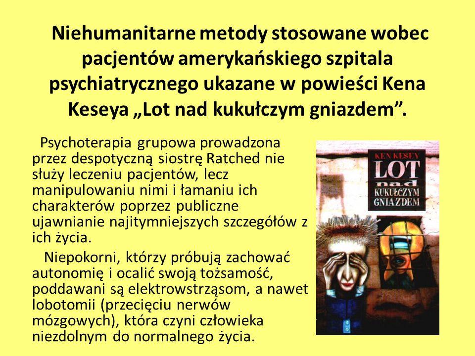 """Niehumanitarne metody stosowane wobec pacjentów amerykańskiego szpitala psychiatrycznego ukazane w powieści Kena Keseya """"Lot nad kukułczym gniazdem""""."""