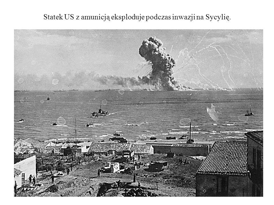Statek US z amunicją eksploduje podczas inwazji na Sycylię.
