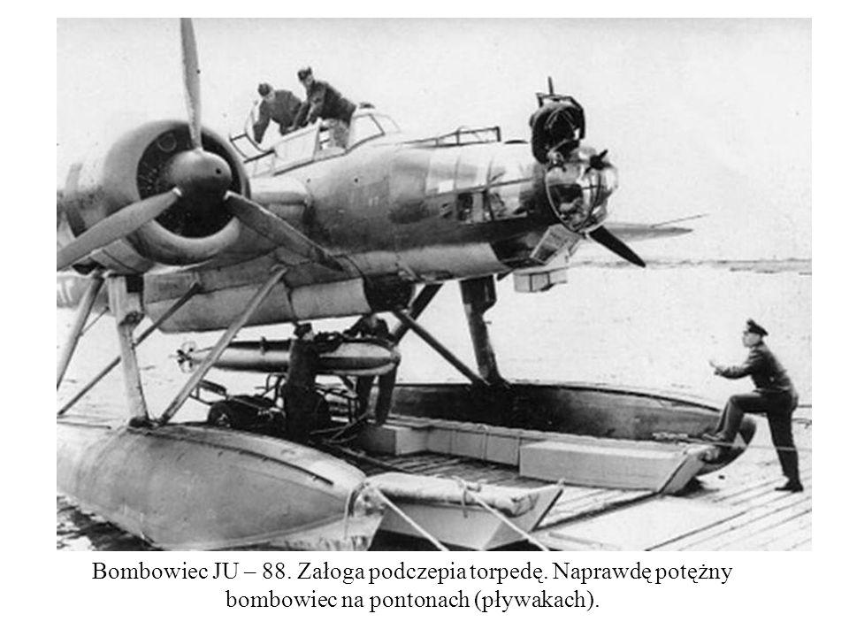 Bombowiec JU – 88. Załoga podczepia torpedę. Naprawdę potężny bombowiec na pontonach (pływakach).