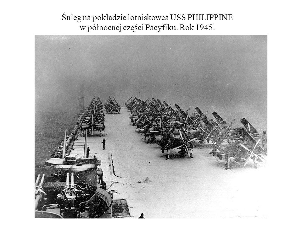 Śnieg na pokładzie lotniskowca USS PHILIPPINE w północnej części Pacyfiku. Rok 1945.