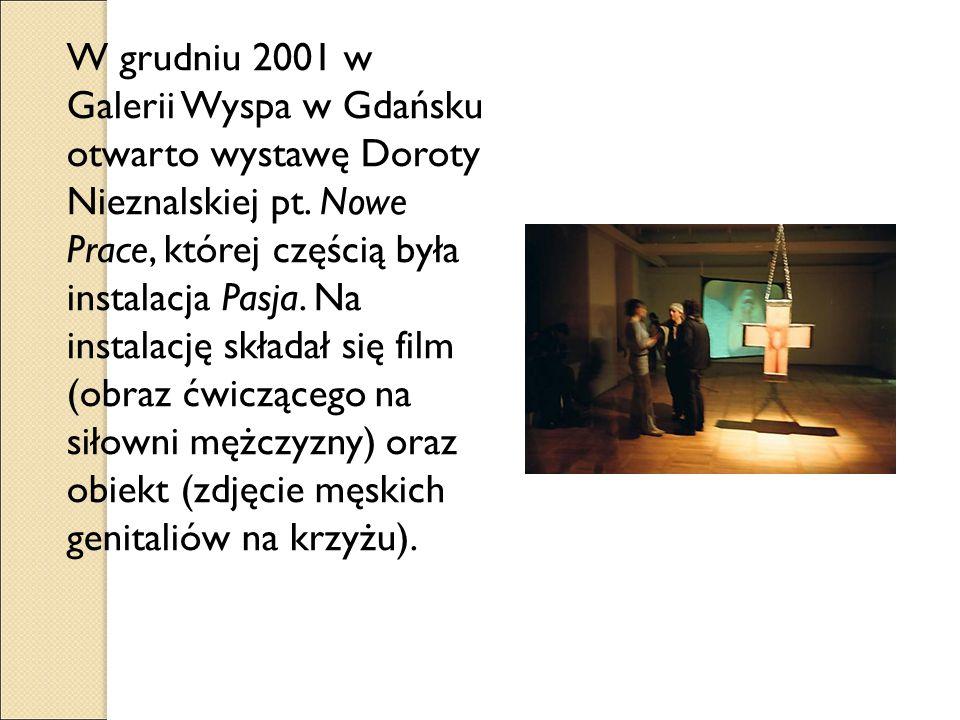 W grudniu 2001 w Galerii Wyspa w Gdańsku otwarto wystawę Doroty Nieznalskiej pt. Nowe Prace, której częścią była instalacja Pasja. Na instalację skład