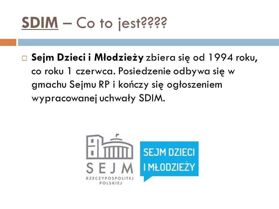 SDIM – Co to jest????  Sejm Dzieci i Młodzieży zbiera się od 1994 roku, co roku 1 czerwca. Posiedzenie odbywa się w gmachu Sejmu RP i kończy się ogło