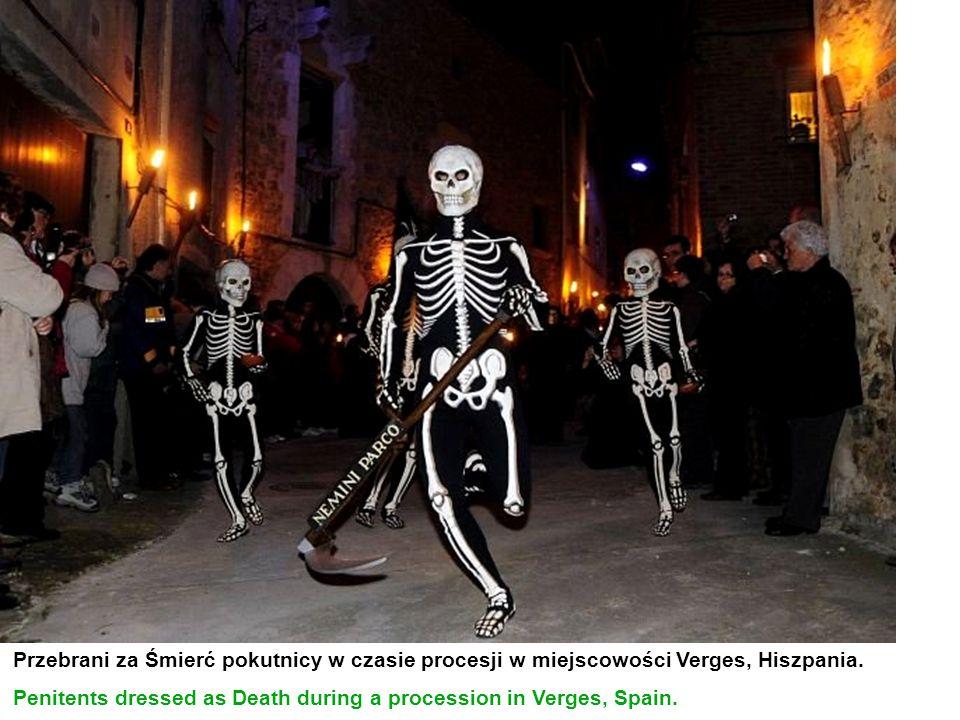 Przebrani za Śmierć pokutnicy w czasie procesji w miejscowości Verges, Hiszpania. Penitents dressed as Death during a procession in Verges, Spain.