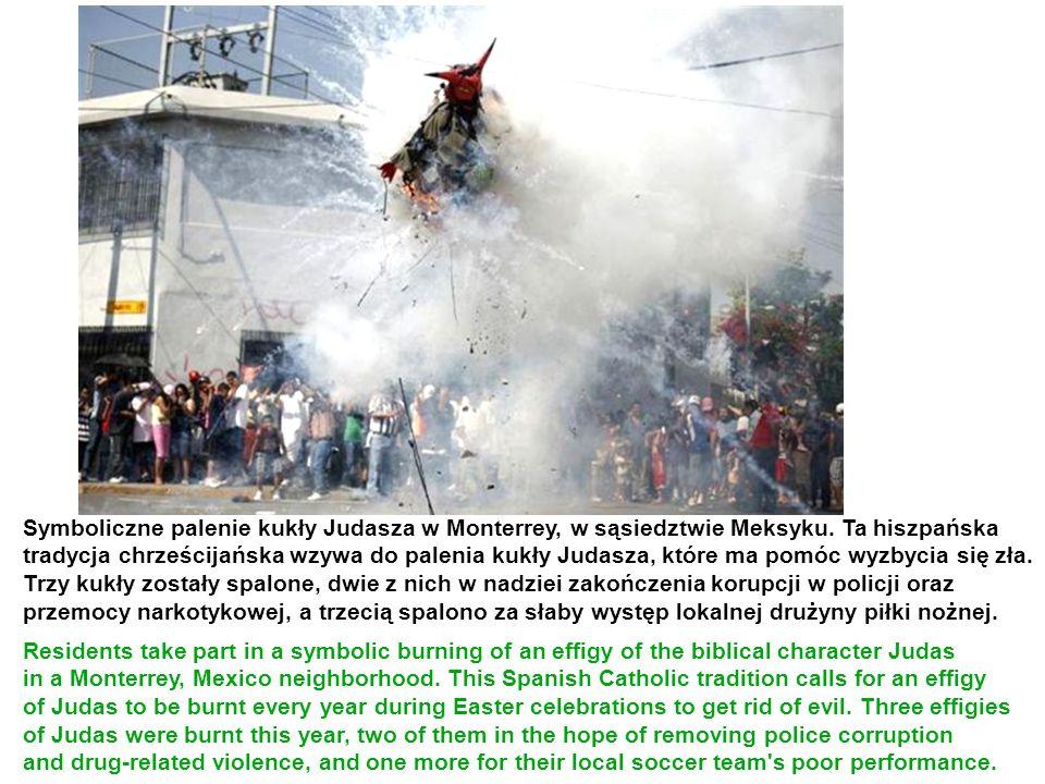 Symboliczne palenie kukły Judasza w Monterrey, w sąsiedztwie Meksyku. Ta hiszpańska tradycja chrześcijańska wzywa do palenia kukły Judasza, które ma p