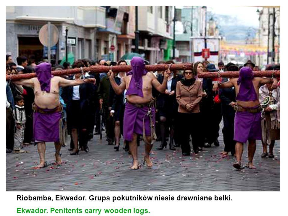 Riobamba, Ekwador. Grupa pokutników niesie drewniane belki. Ekwador. Penitents carry wooden logs.