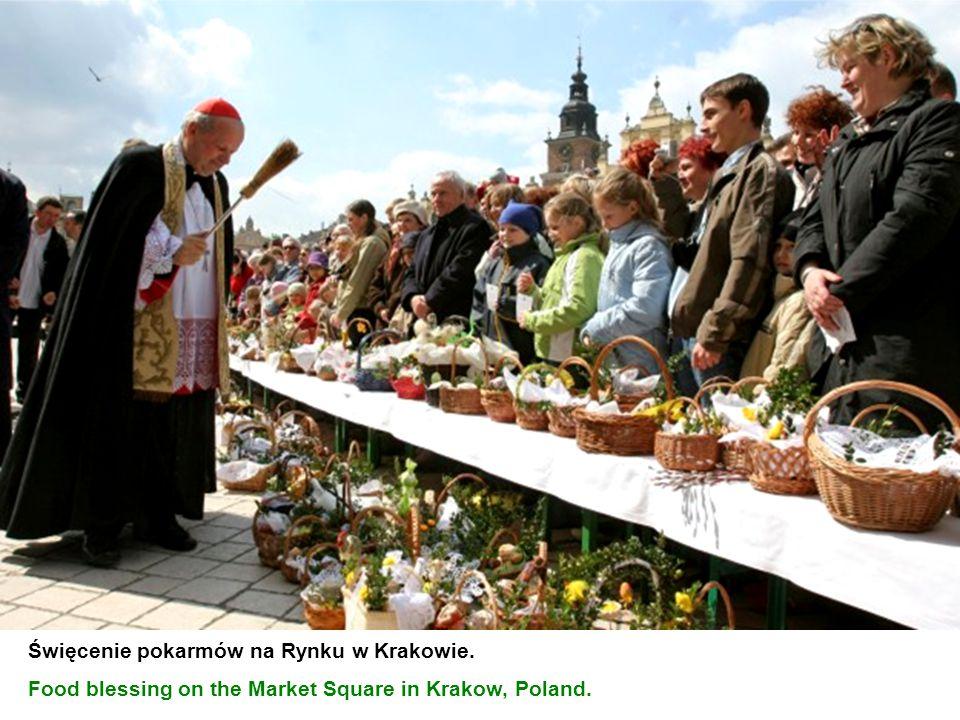 Święcenie pokarmów na Rynku w Krakowie. Food blessing on the Market Square in Krakow, Poland.