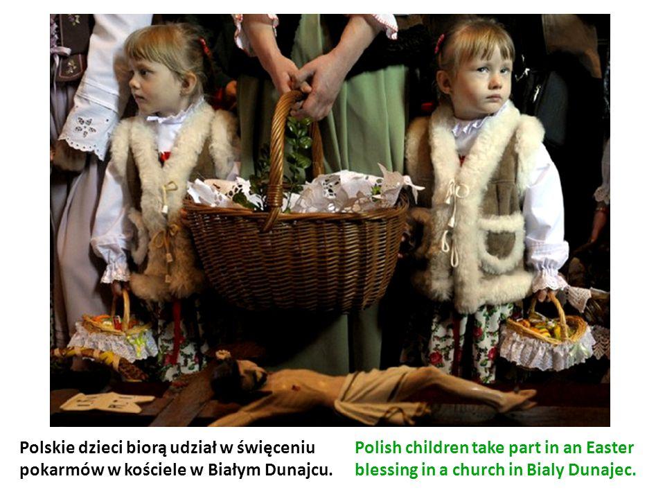 Polskie dzieci biorą udział w święceniu pokarmów w kościele w Białym Dunajcu. Polish children take part in an Easter blessing in a church in Bialy Dun
