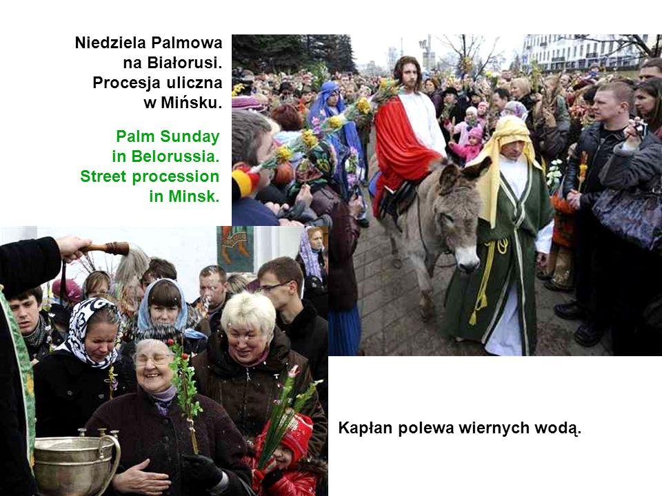 Niedziela Palmowa na Białorusi. Procesja uliczna w Mińsku. Palm Sunday in Belorussia. Street procession in Minsk. Kapłan polewa wiernych wodą.