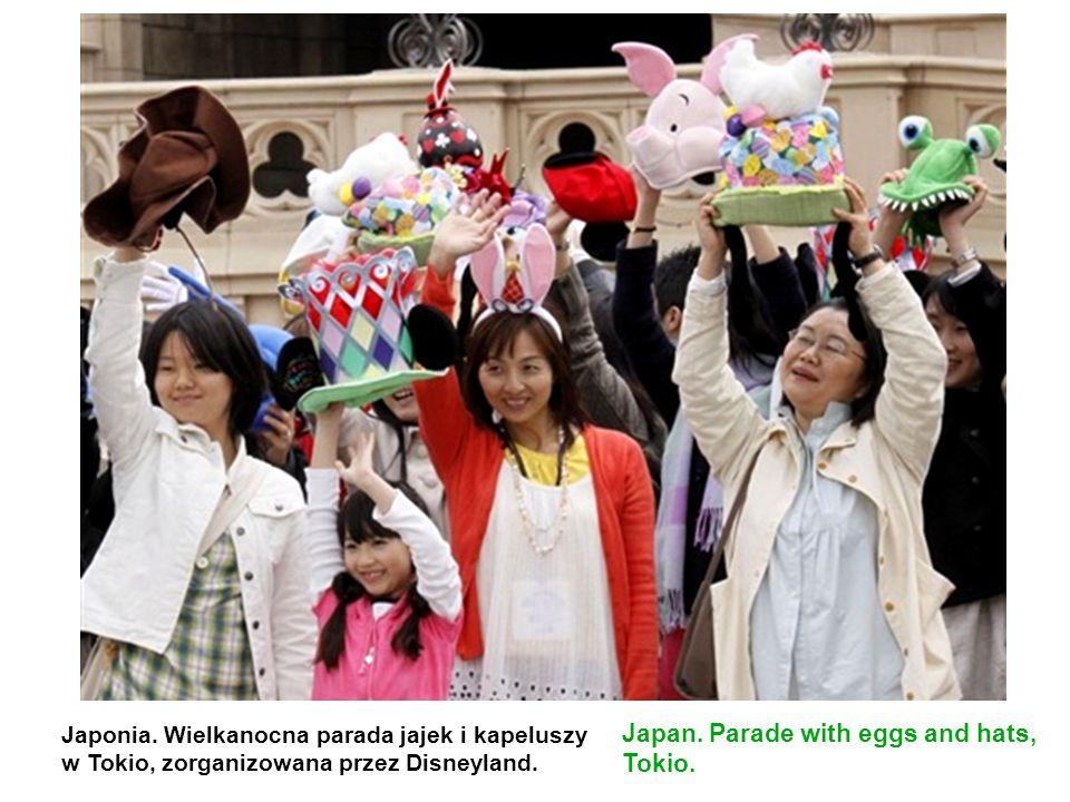Japonia. Wielkanocna parada jajek i kapeluszy w Tokio, zorganizowana przez Disneyland. Japan. Parade with eggs and hats, Tokio.