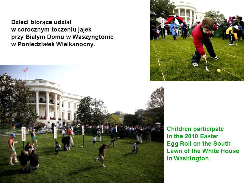 Dzieci biorące udział w corocznym toczeniu jajek przy Białym Domu w Waszyngtonie w Poniedziałek Wielkanocny. Children participate in the 2010 Easter E