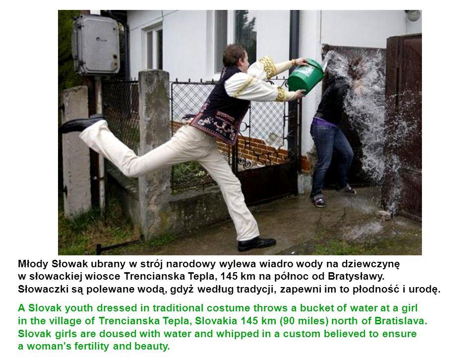 Młody Słowak ubrany w strój narodowy wylewa wiadro wody na dziewczynę w słowackiej wiosce Trencianska Tepla, 145 km na północ od Bratysławy. Słowaczki