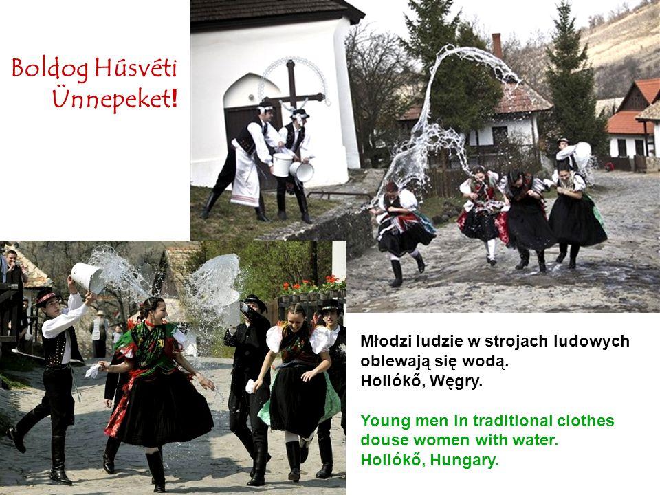 Młodzi ludzie w strojach ludowych oblewają się wodą. Hollókő, Węgry. Young men in traditional clothes douse women with water. Hollókő, Hungary. Boldog