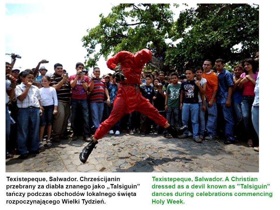 """Texistepeque, Salwador. Chrześcijanin przebrany za diabła znanego jako """"Talsiguin"""" tańczy podczas obchodów lokalnego święta rozpoczynającego Wielki Ty"""