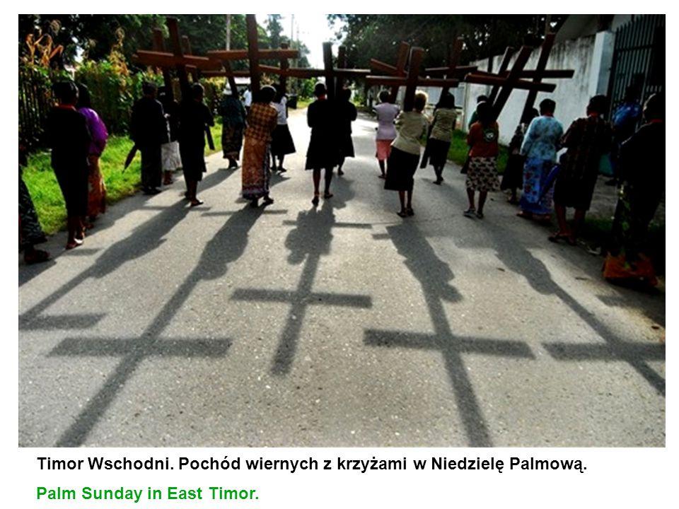 Timor Wschodni. Pochód wiernych z krzyżami w Niedzielę Palmową. Palm Sunday in East Timor.