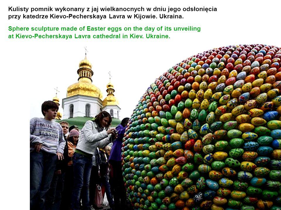 Kulisty pomnik wykonany z jaj wielkanocnych w dniu jego odsłonięcia przy katedrze Kievo-Pecherskaya Lavra w Kijowie. Ukraina. Sphere sculpture made of