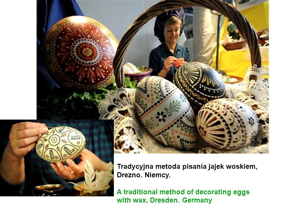 Tradycyjna metoda pisania jajek woskiem, Drezno. Niemcy. A traditional method of decorating eggs with wax, Dresden. Germany