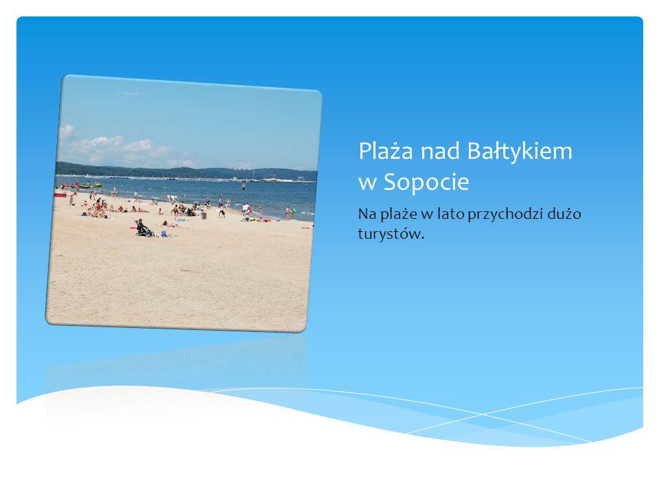Plaża nad Bałtykiem w Sopocie Na plaże w lato przychodzi dużo turystów.