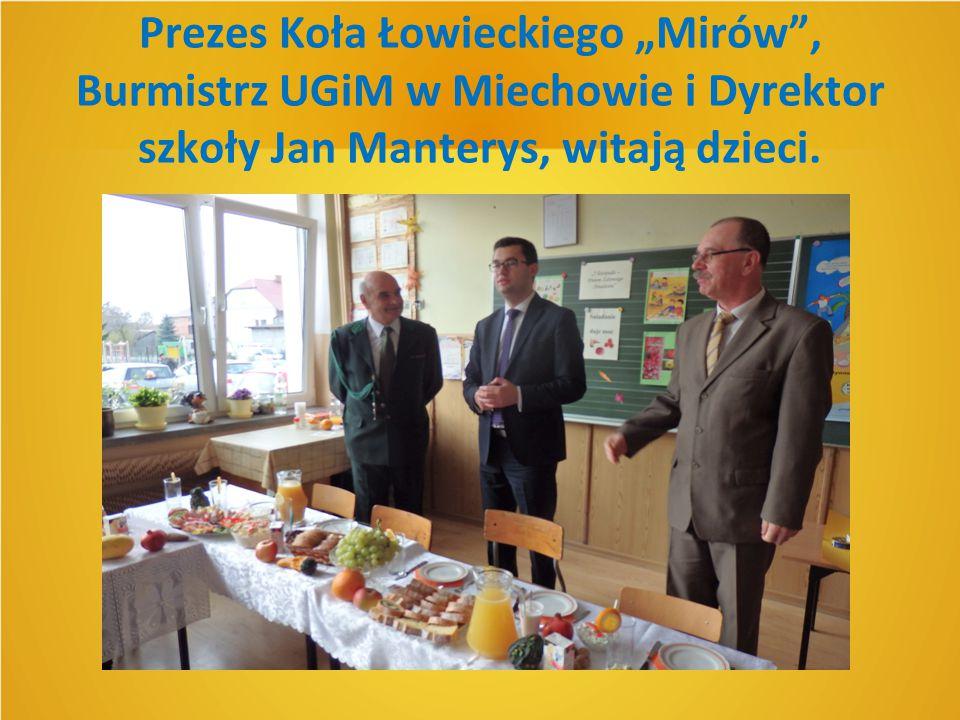 """Prezes Koła Łowieckiego """"Mirów"""", Burmistrz UGiM w Miechowie i Dyrektor szkoły Jan Manterys, witają dzieci."""