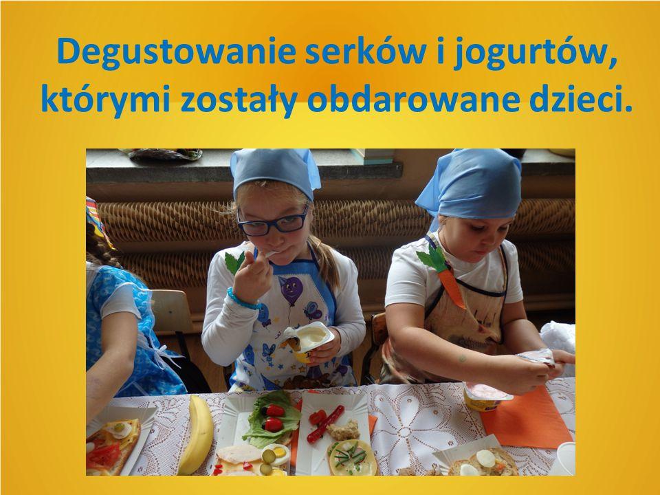 Degustowanie serków i jogurtów, którymi zostały obdarowane dzieci.