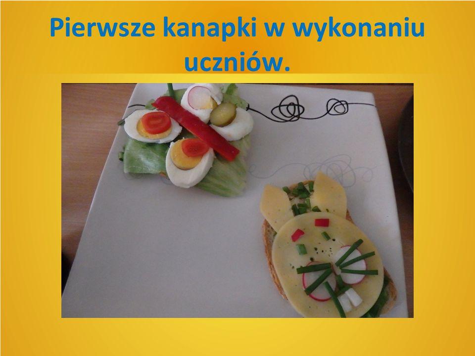 Pierwsze kanapki w wykonaniu uczniów.