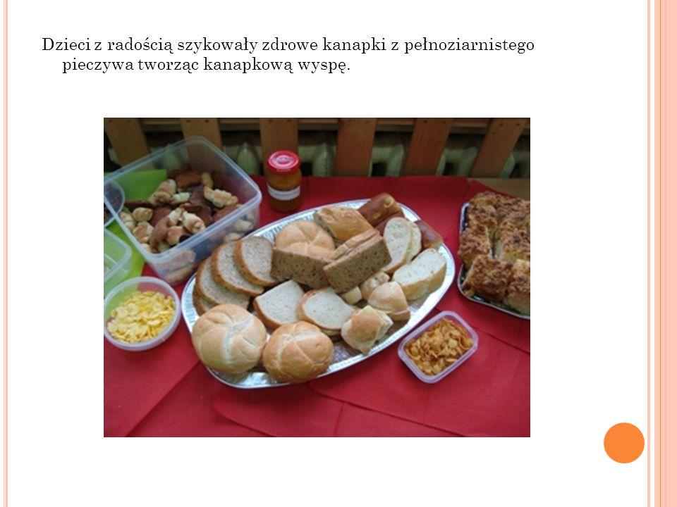 Dzieci z radością szykowały zdrowe kanapki z pełnoziarnistego pieczywa tworząc kanapkową wyspę.