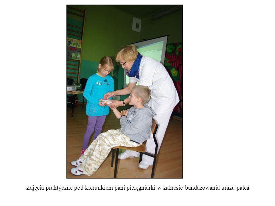 Zajęcia praktyczne pod kierunkiem pani pielęgniarki w zakresie bandażowania urazu palca.