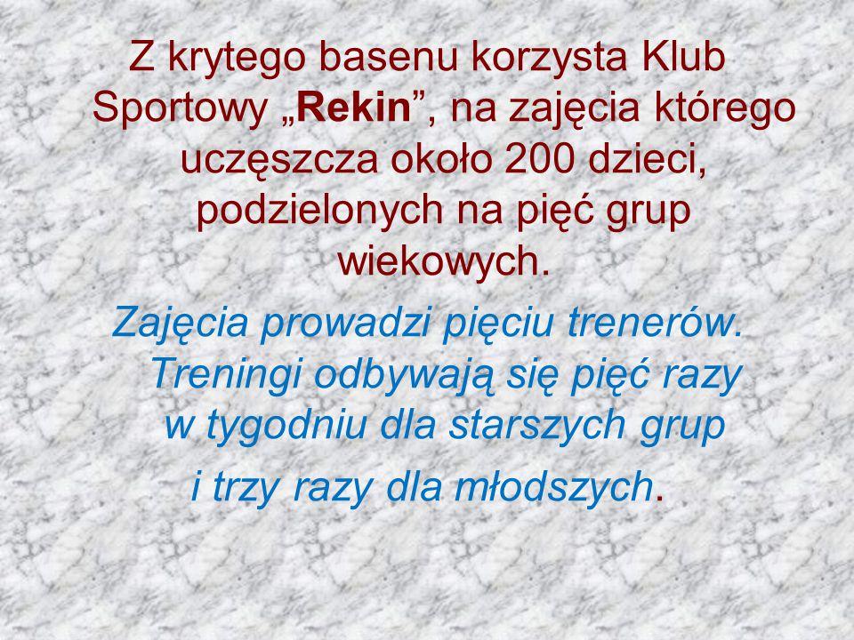 """Z krytego basenu korzysta Klub Sportowy """"Rekin , na zajęcia którego uczęszcza około 200 dzieci, podzielonych na pięć grup wiekowych."""