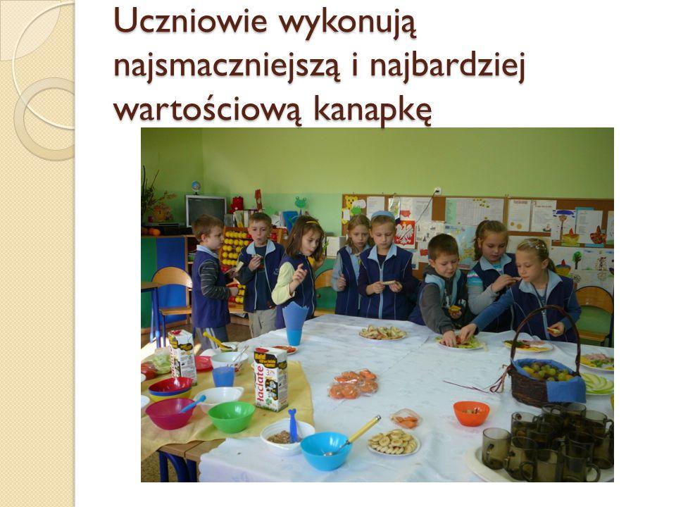 Uczniowie wykonują najsmaczniejszą i najbardziej wartościową kanapkę