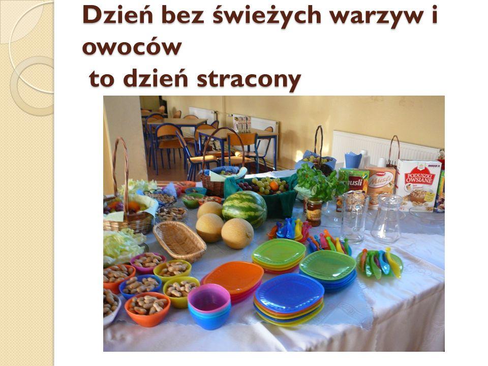 Przygotowanie stołu do śniadania przez uczniów