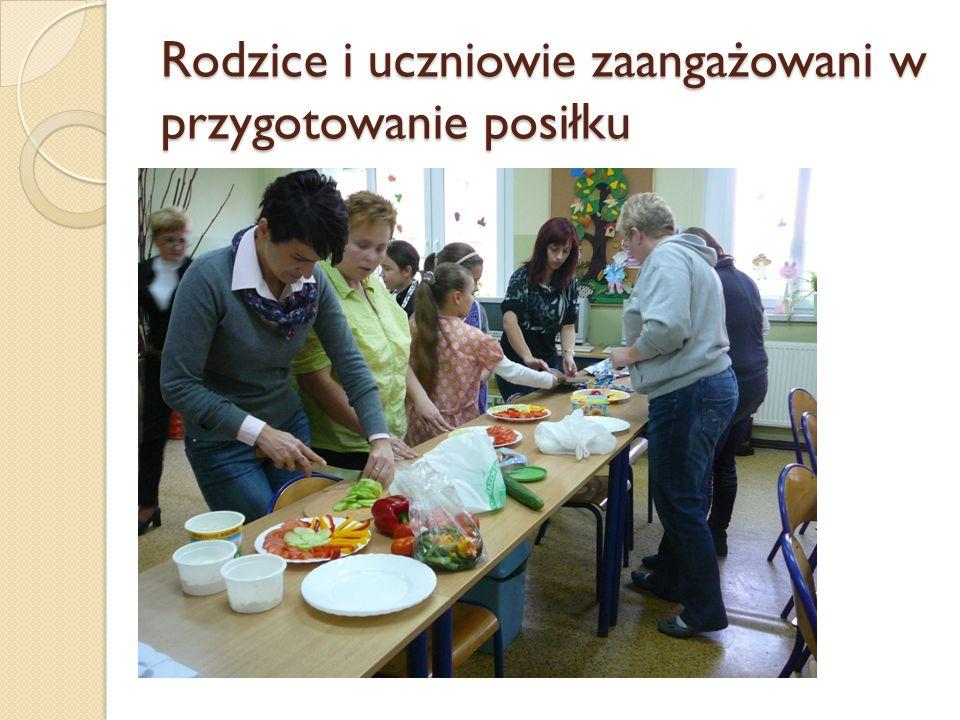 Rodzice i uczniowie zaangażowani w przygotowanie posiłku